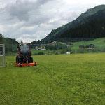 Rasenpflege Fußballplatz mit Holder