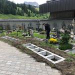 Neue Urnengräber am Friedhof fertig machen