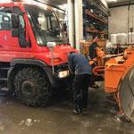 U400 für Räumdienst vorbereiten, Kettenmontage und Pflugaufbau