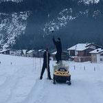Schneestangen Loipe Zugertal, mit Luorans und Mohmad aus Syrien. Gute Arbeit!