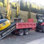 Bagger abladen für Leitungsbau Schneeanlage Schneeflucht-Zug