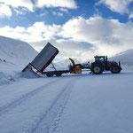 Schneecontainer kippen in Zürs, Gehsteigräumung mit Hängerfräse