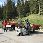 Material abladen von der Baustelle Gemeindezentrum