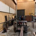Arbeiten in der Schlosserei für Stahlunterkonstruktion