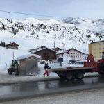 Hütten abladen für Klangfeuerwerk Zürs, mit Steyr 6190 CVT und L509
