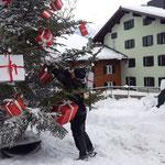 Christbaum Weihnachtsmarkt Lech dekorieren helfen