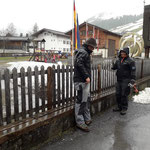 Spielplatz Schule: letzte Geländerelemente montieren