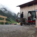 Zugangsrampe fertigstellen und Zaunhülsen setzen Feuerwehrhaus