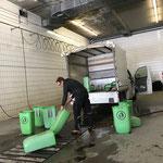 Wegemüllkübel reinigen in der Waschhalle