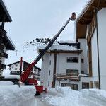 Drittleistung in Zürs: Dachwechten abstechen, mit Drehleiter FF Lech