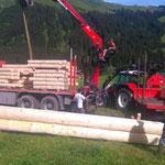 Drittleistung für Holzbau Muxel: LKW-Bergung und anschließendes Umladen der Fracht für Scheunenbau