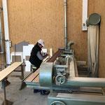 Neue Arbeitsfächer für Bauamt der Gemeinde, Arbeiten an der Bandschleifmaschine
