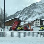 Unimog 530 Schnee abkippen am Schlosskopf