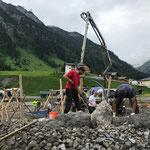 Ausbetonieren und Steine setzen Wasserspielstrecke