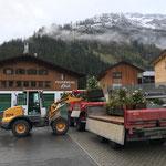 Saisonsschluss: Blumentröge verladen und zum Bauhof transportieren...