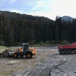 Material laden Hoher Steg für Hinterfüllungen Waldbadbecken