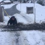 Weiderost Mautstelle winterbetriebsfertig machen - Einlegen von Kanthölzern