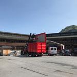 Nagelholz einfassend, Müll entsorgen Sanierung Schule