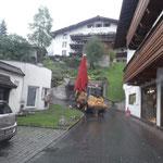 Schirmtransport zum Schulplatz, Heimatabend