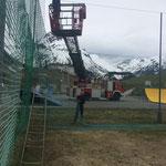 Fußballplatznetze aufhängen, mit Drehleiter FF Lech