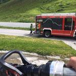 Mit Unterstützung der FF Lech: Wasserscheide am Flexenpass reinigen
