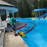Schwimmbad: Sauger vor Inbetriebnahme des Beckens aus dem Wasser bringen
