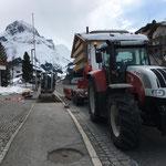 Winter-Wasserrohrbruch Strass für Asphaltierarbeiten vorbereiten