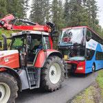"""Nach Ausweichmanöver: Panoramabus nach """"aufsitzen"""" freiziehen, Waldcamp-Spullerbach"""