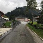 Alpabtrieb Wöster, Straßenwäsche in Stubenbach mit U530 und Waschgerät