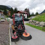 Unkraut-Randsteinpflege beim sport.park, mit Holder C70 SC Kehrmaschine...
