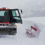 Pistenbully 100, Bänke stellen Winterwanderwege nach Schneefällen