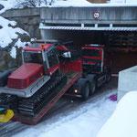 Pistenbully Panaa -  Transport mit U530 nach Oberlech. Die Winterwanderwege-Präparierung beginnt auch in Oberlech!