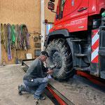 Unimog 400, Winterreifen aufziehen und für Winterdienst vorbereiten
