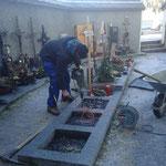 Urnengrab für Bestattung vorbereiten