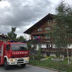 Hilfeleistung bei Fassadenbeleuchtung Omesberg, mit Drehleiter FF Lech