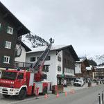 LZTG, Eisentfernung am Dach. Mit Drehleiter FF Lech