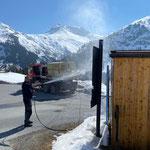Bushaltestellen und Pensionsbeschilderungen reinigen, Unimog 530 mit Waschaufbau