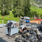 Feuerwehr-Sandsäcke wieder versorgen am Bauhofdach