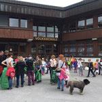 """Müllsammelaktion mit der Volksschule - """"Einsatzbesprechung"""" mit Müllspürhunden"""