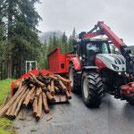 Rundhölzer abladen für Bescheiderfüllung Engerle Wald
