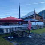 Neue Sonnenschirme stellen Spielplatz Schule