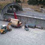 Holz für Neubau Vordere Butzenbrücke verladen am Bauhof