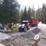 Betonklötze altes Kinderbecken verladen mit Steyr und Kran