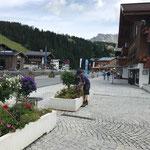 Zusatzlöcher für Wasserablauf bohren Blumen-Betontröge am Rüfiplatz