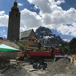 Baumaterial abtransportieren Baustelle Gemeindezentrum, mit Unimog 530