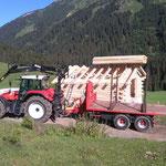 Drittleistung für Holzbau Muxel: Scheune aufstellen mit Steyr 6190 CVT/Kran am Omesberg-Fertigstellung