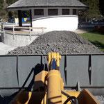 Mithilfe Becken-Einfüllarbeiten Baustelle Waldbad