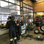 Rapid umbauen und vorbereiten für Betrieb Eislaufplatz Zürs mit Schneefräse und Kehrbesen