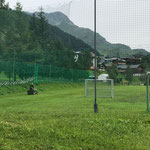 Rasenmähen am Fußballplatz