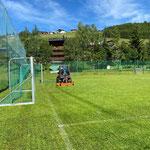 Rasenpflege Fußballplatz, mit Holder C70 SC